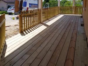 MJS-cloture-en-panneaux-de-bois-et-terrasse-en-bois-dans-l-isere