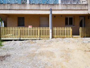 MJS-terrasse-en-bois-de-pin-et-barriere-en-bois-dans-l-isere