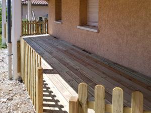 MJS-terrasse-en-bois-et-barriere-en-panneaux-de-bois-dans-l-isere