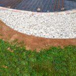 amenagement-exterieur-de-cour-galets-decoratifs-en-marbre-blanc-en-isere