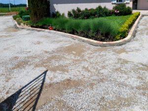 renovation-d-une-cour-en-graviers-avec-des-paves-en-beton